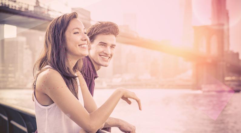 chico y chica riendose mirando el rio