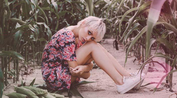 una chica en mitad del campo