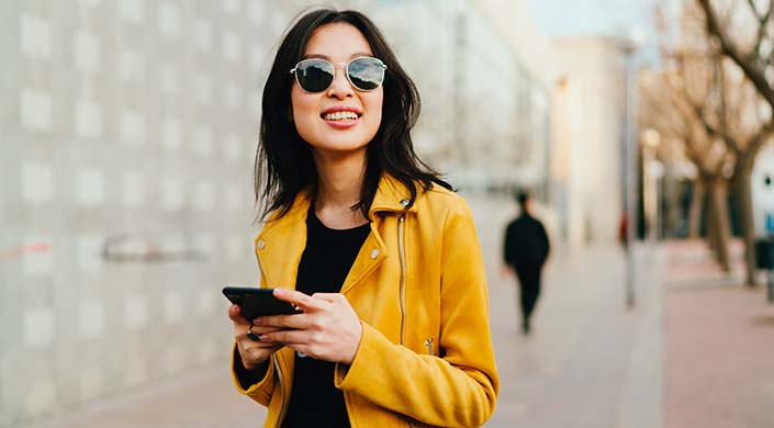 chica con gafas de sol y chaqueta de piel amarilla de zara