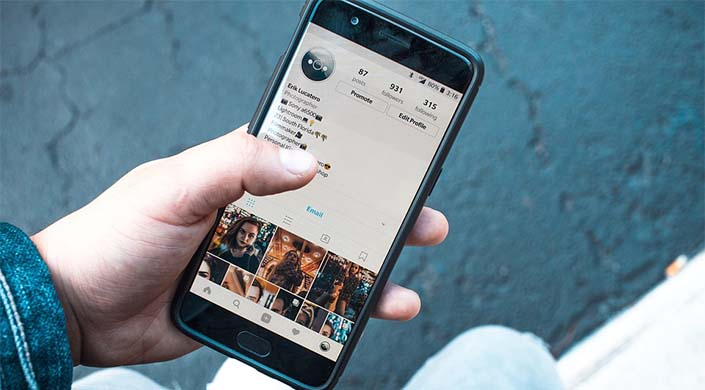 un móvil con una app de redes sociales